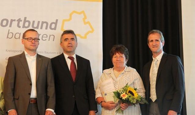 Folgende Personen sind zu sehen von links nach rechts: Herr Daßler (KSB Bautzen), Herr Harig (Landrat), Frau Zumpe (TuG Ottendorf-O.), Dr. Tippelt (LSB)
